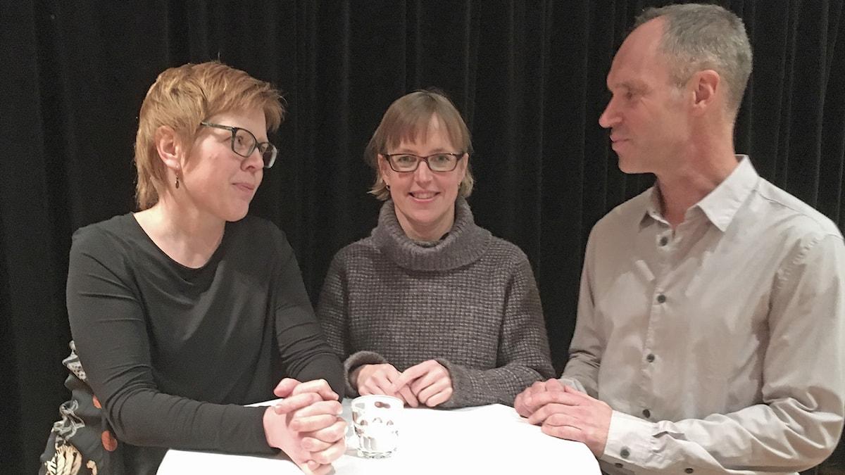 Anna W Gustafsson, Emma Sköldberg och Ola Karlsson står vid bord och diskuterar