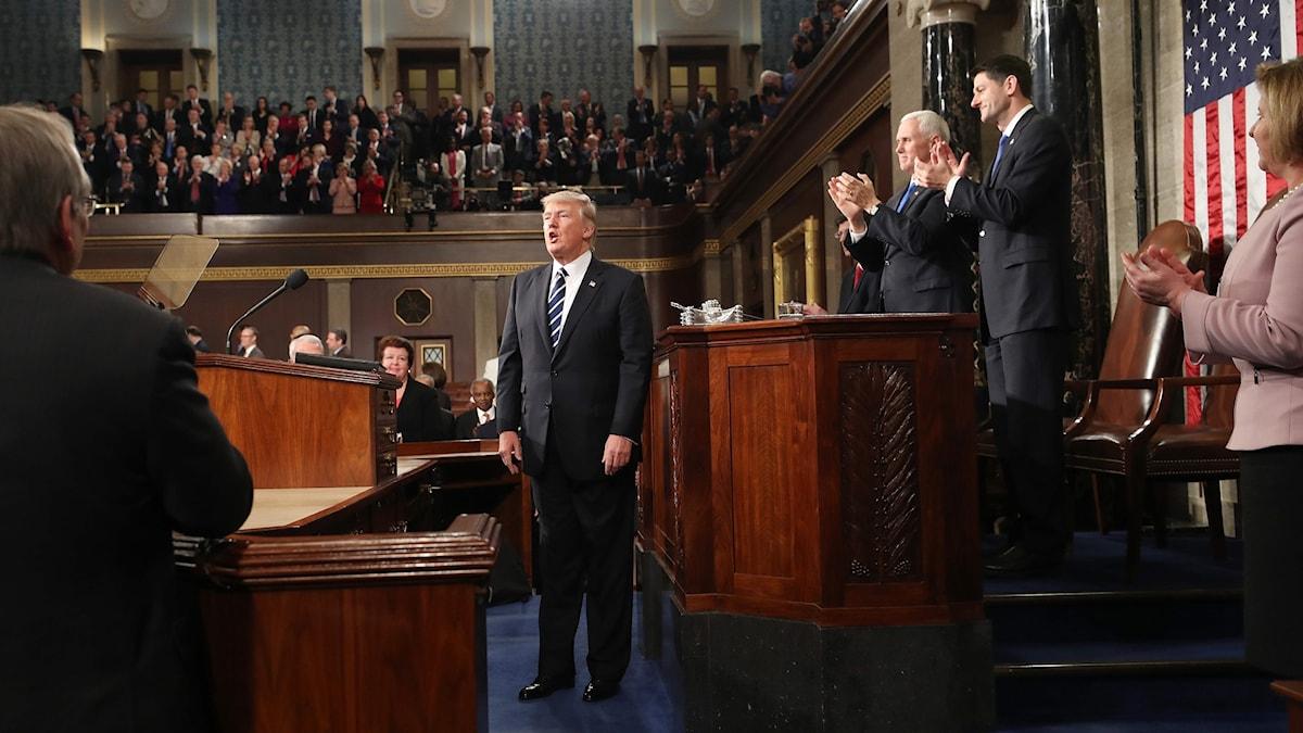 Trump omgiven av folk i kongressen