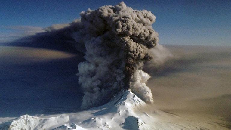 vulkanutbrott med tjock svart rök