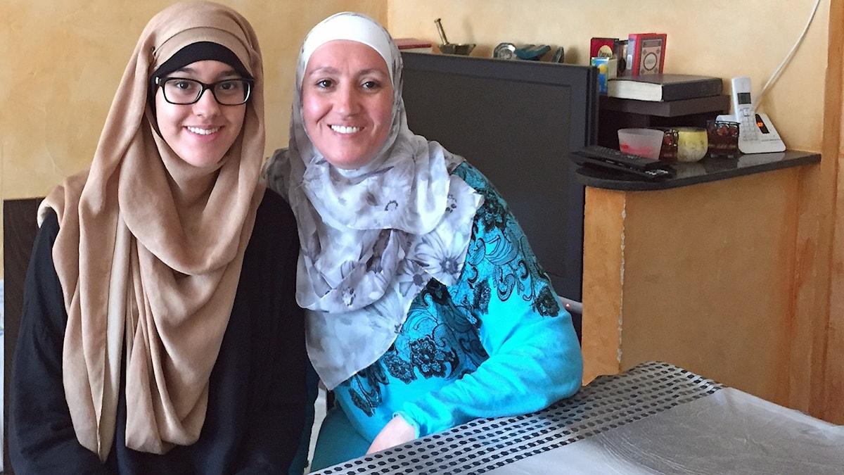 Fatima Boulaid och dotter sitter vid ett bord
