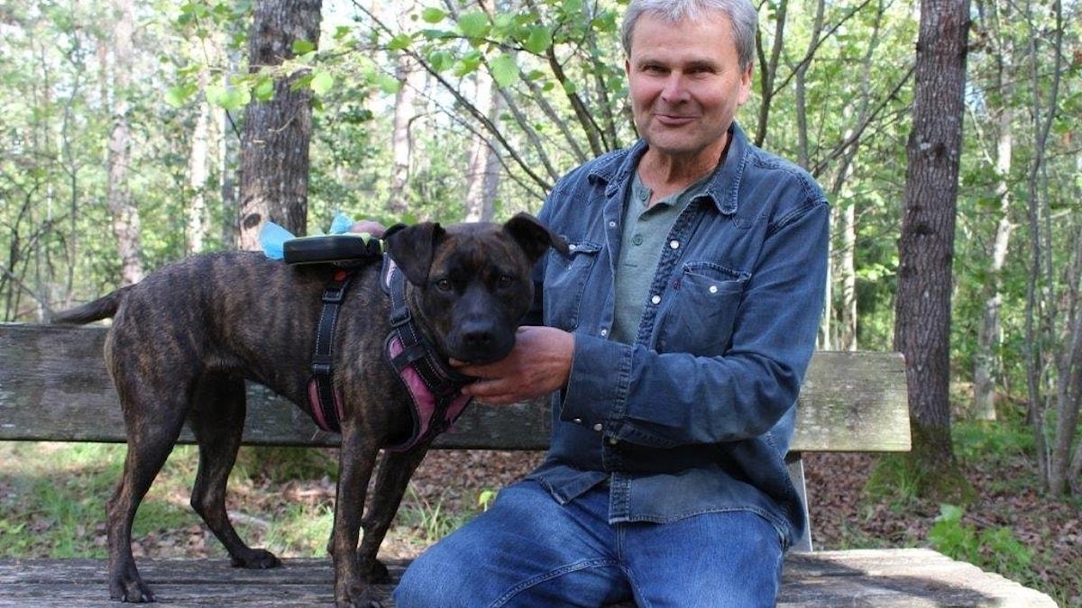 Lars och hans hund på en parkbänk