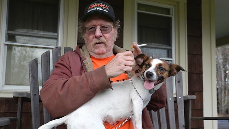Jeffrey Hall med cigarett och hund på verandan