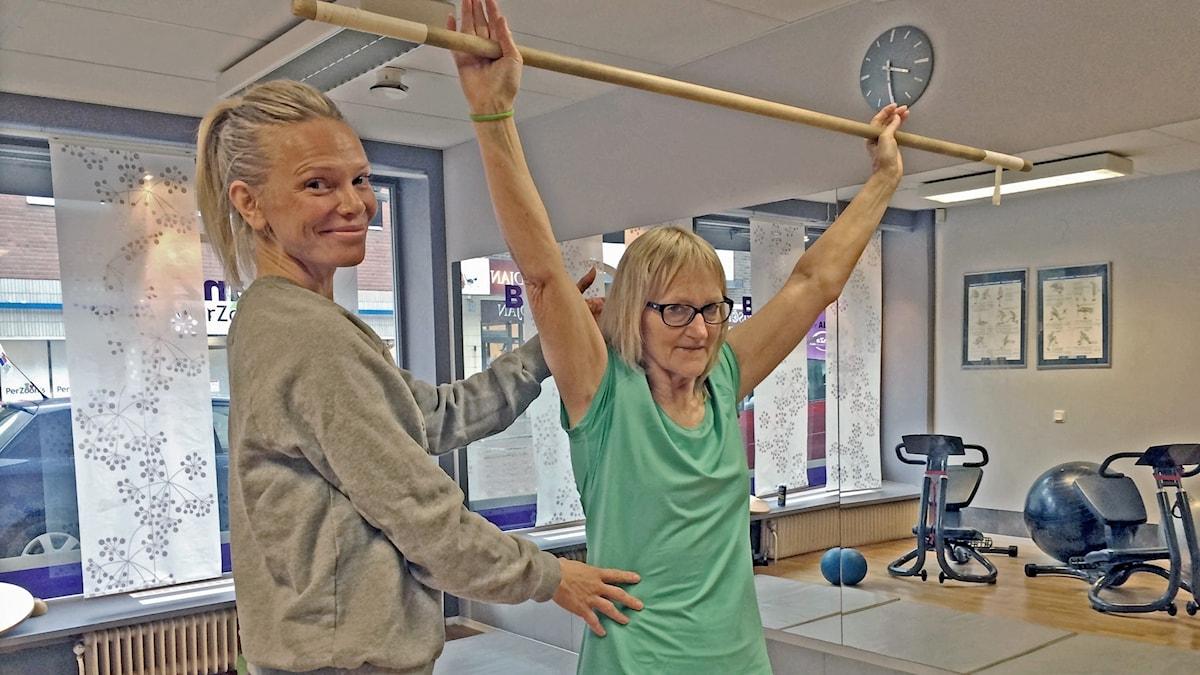 Elisabeth Gustafsson lyfter en stång på gym