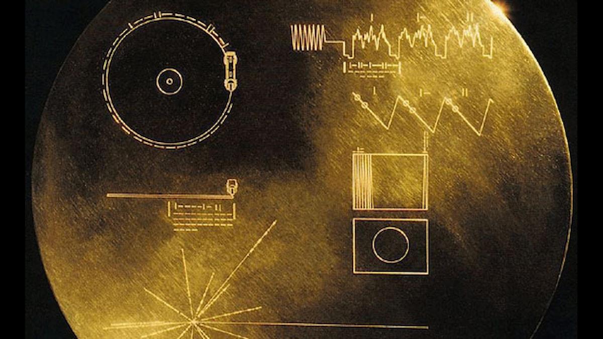 Voyagers guldskiva med budskap från mänskligheten. Bach, rock, valsång och högtidstal.