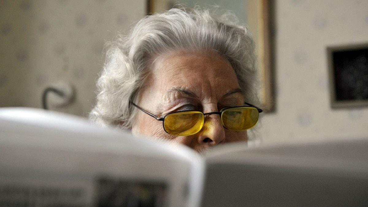 Äldre kvinna läser
