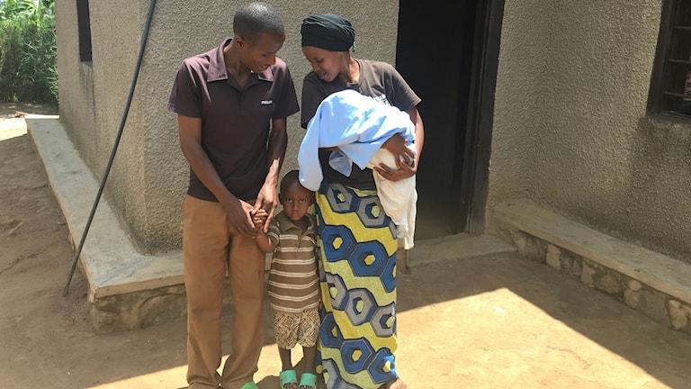 Theoneste Nibatuze med sonen Kevin och frun Rachael Nyiramutima