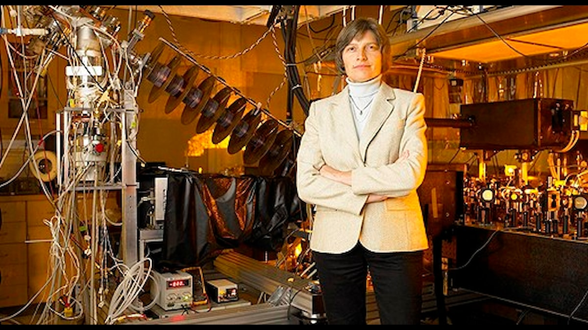 "Lene Vestergaard Hau i sitt laboratorium. Foto: James Salzano, New York. Bilden fanns med i kongressbibliotekets ""Women Who Dare"" 2007 desk calendar."