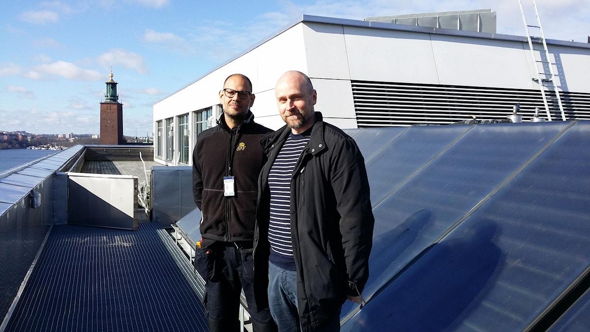 Peter Selin och Mikael Yllma på tak med stadshuset i bakgrunden