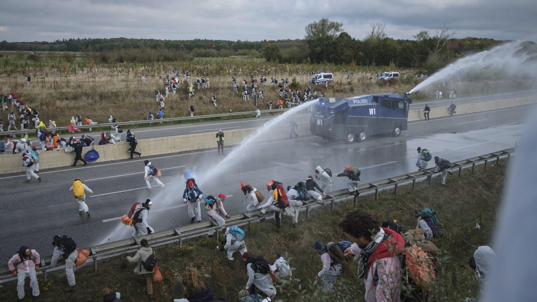 miljöaktivister sprejas med vattenkanoner