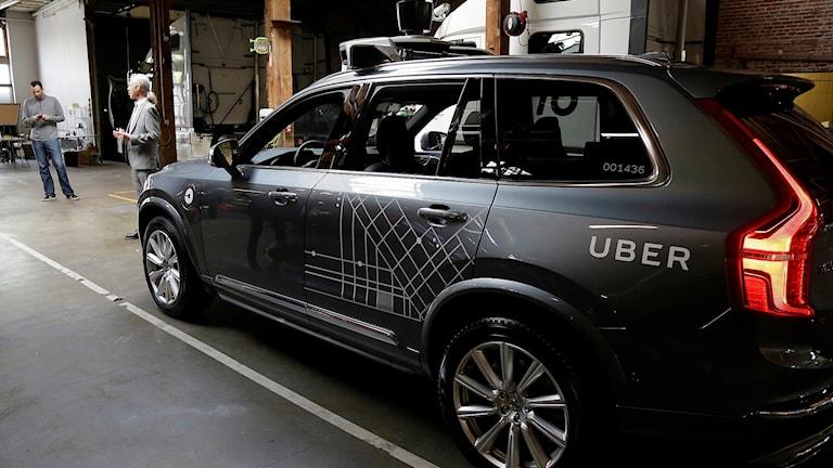 En självkörande Uberbil i ett garage.