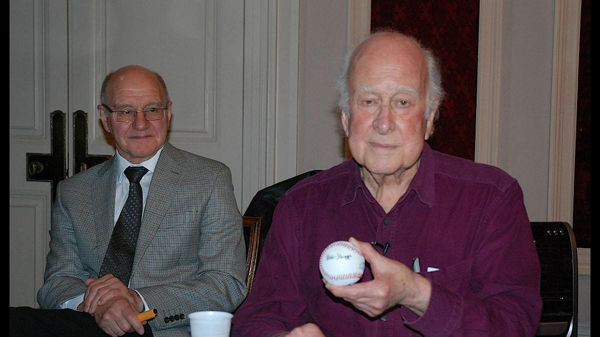 Peter Higgs, nobelpristagare i fysik (th) och vännen Alan Walker.