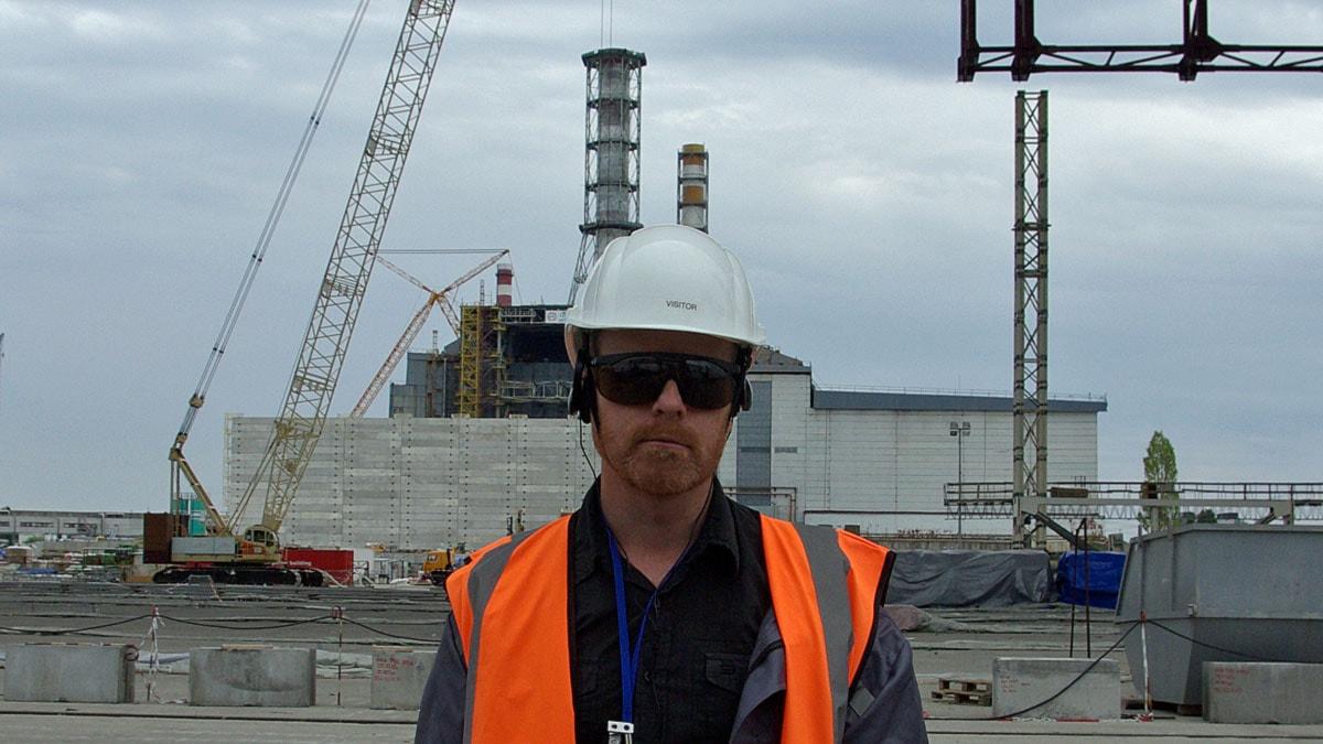 Vetenskapsradions reporter Pelle Zettersten framför reaktor 4 i Tjernobyl. Foto: Sveriges Radio