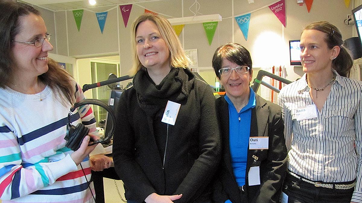 Programledaren Camilla Widebeck med Malin Parmar från Lund, samt Outi Hovatta och Anna Falk från Karolinska. Foto: Emelie Hedegärd/SR