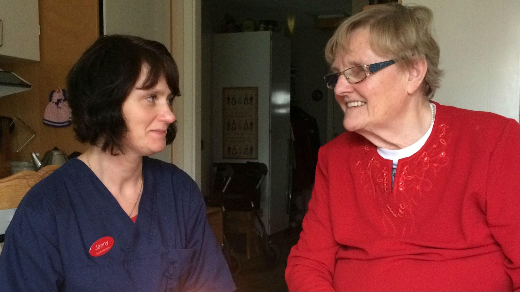 Distriktssköterskan Jenny Gustavsson och 74-åriga Greta har haft många reflekterande kraftgivande samtal. Foto: Ylva Carlqvist Warnborg