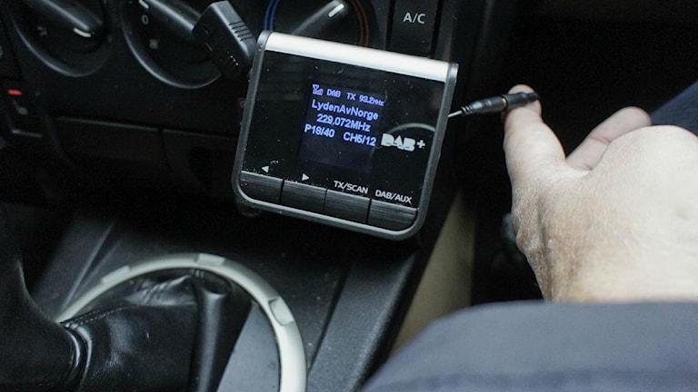 Bilradion framför växelspaken