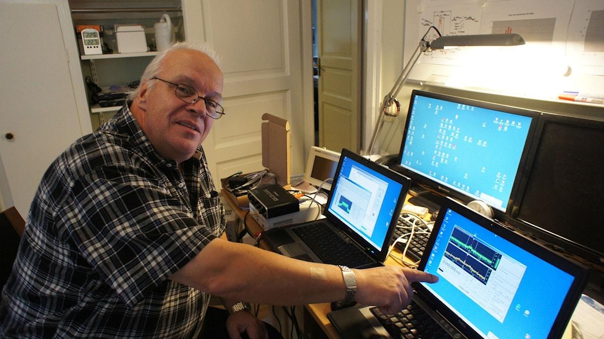 Ljudteknikern Lars Liljeryd bedriver testsändningar med den digitala ljudkodningsstandarden DRM från sin privatbostad. Foto: Per Gustafsson/SR