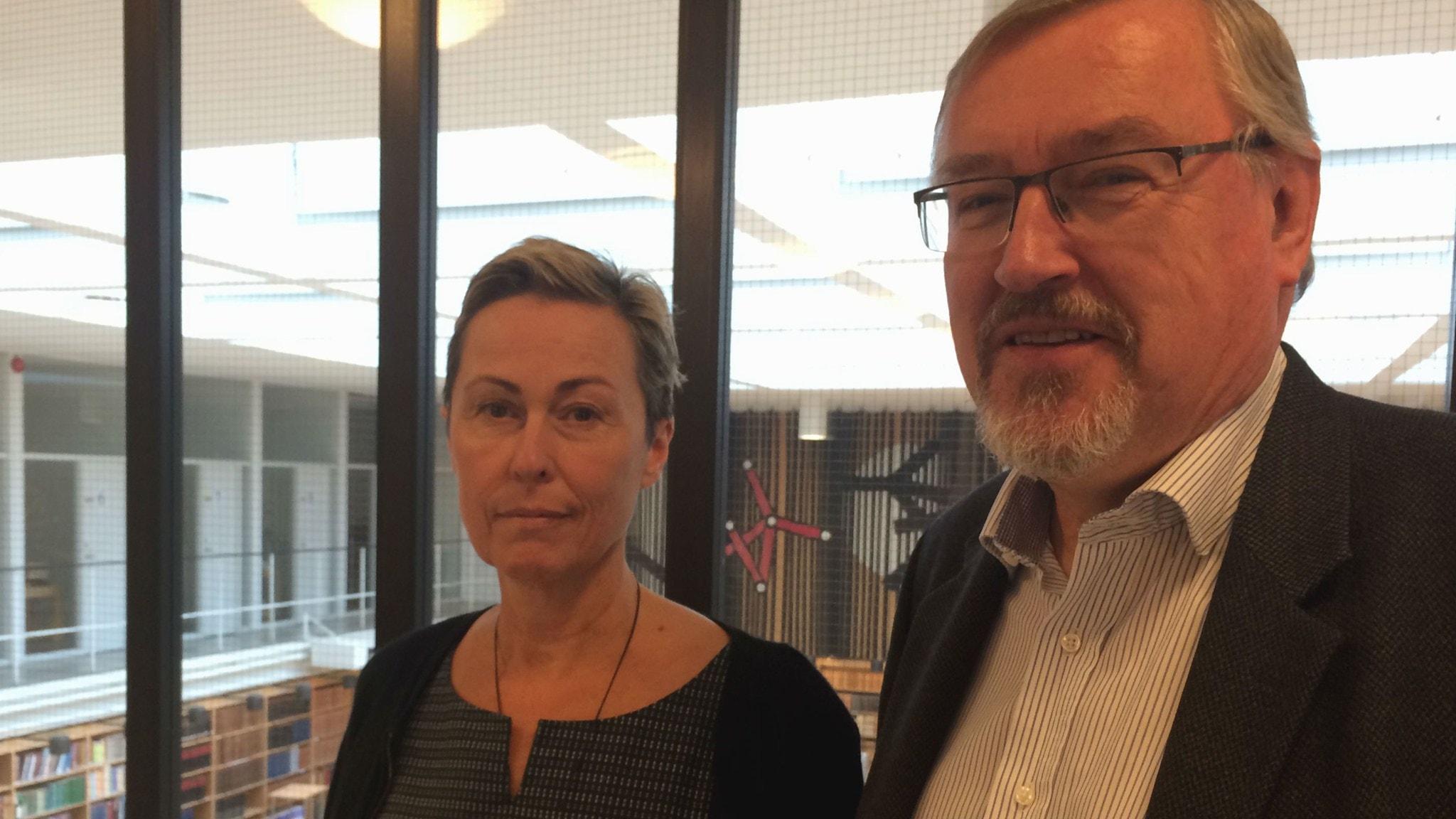 Christina Olsson och Börje Justrell framför läsesalen på Riksarkivet