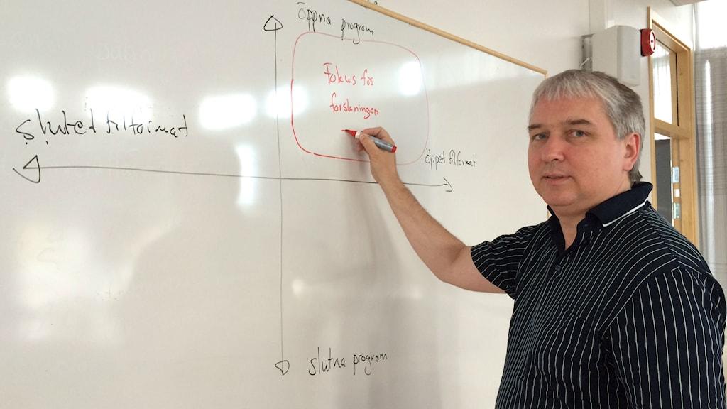 Björn Lundell framför en klassrumstavla