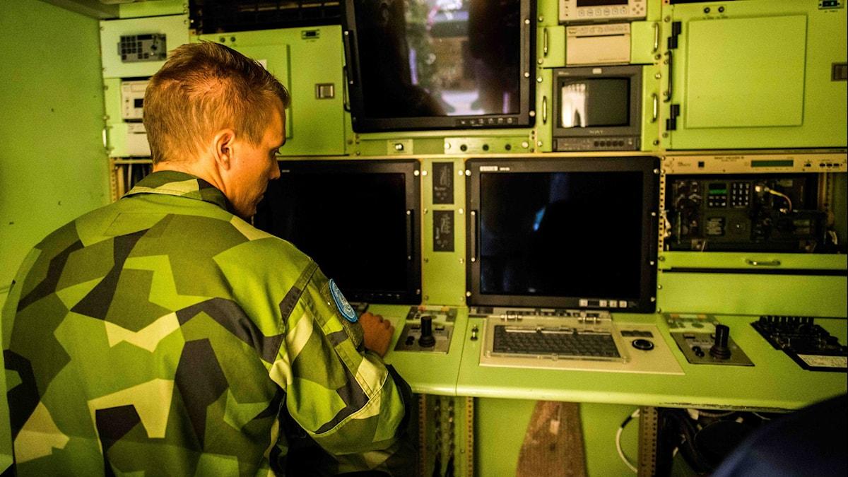 Jakob Wahlskog sitter på pilotplats i containern som innehåller styrdatorerna. Foto: Daniel Breece