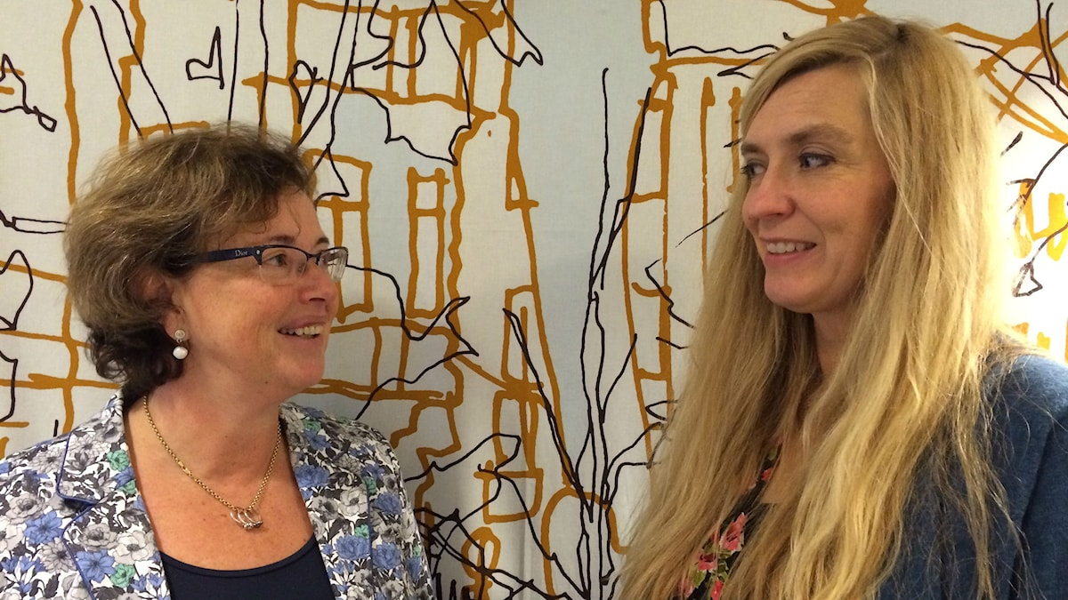 Tatiana och Magdalena ser på varandra och ler