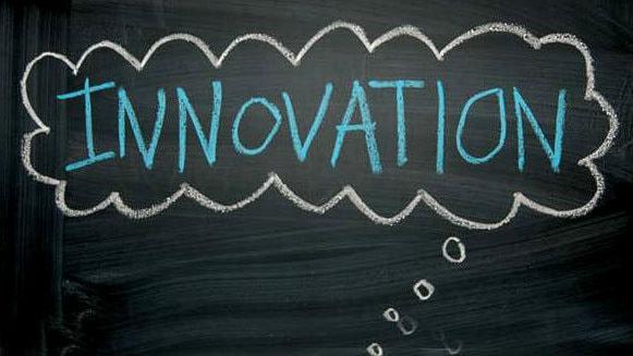ordet innovation står i en tankebubbla på en griffeltavla