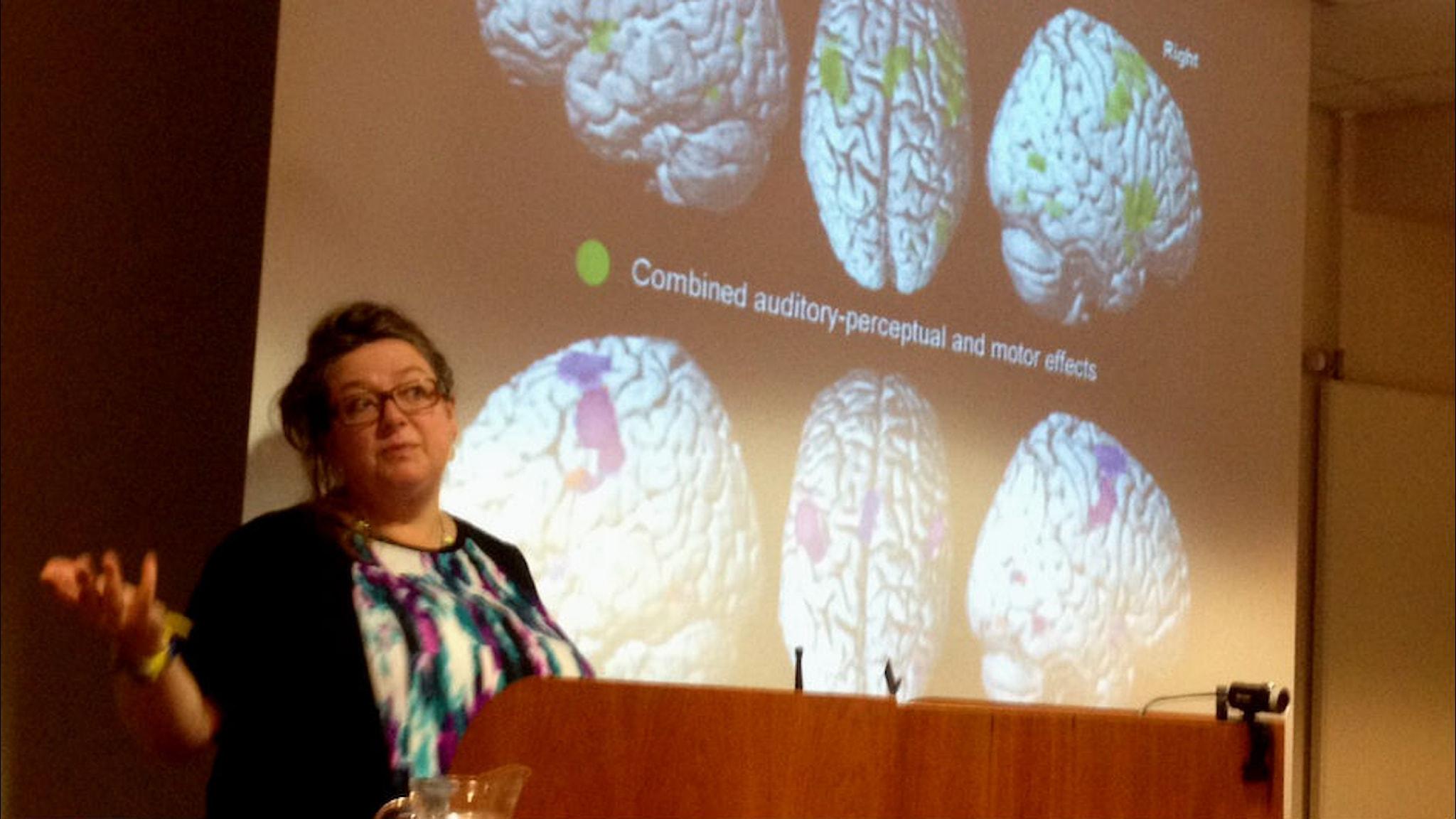 Sophie  Scott under föreläsning