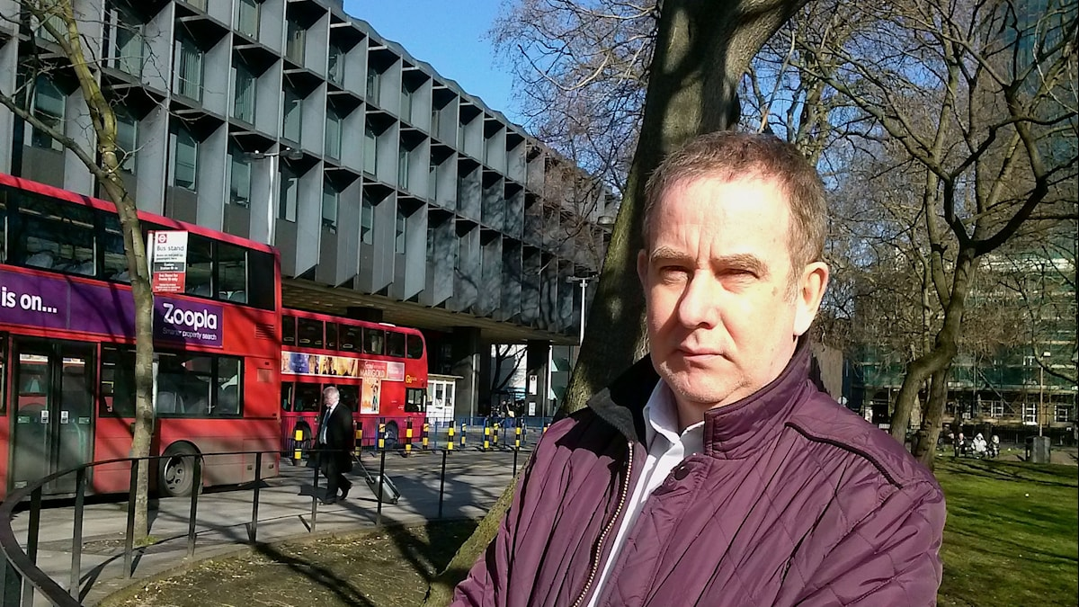 Brian Deer i Londonmiljö med röda bussar