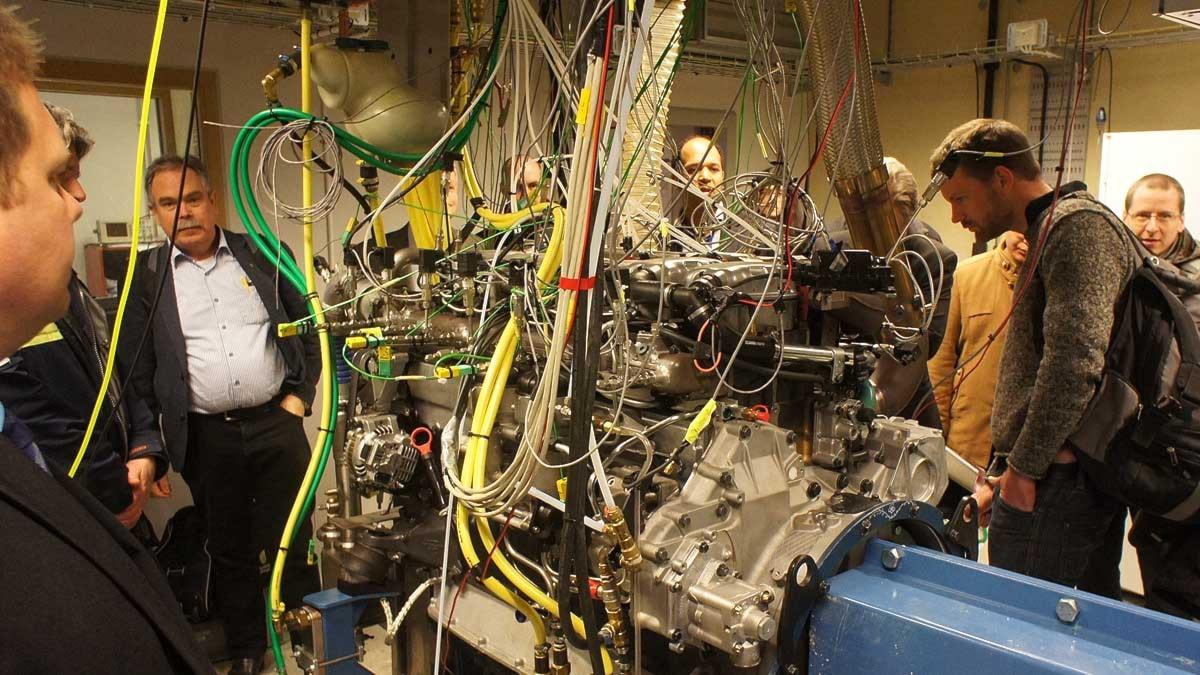 Människor samlade runt en motor