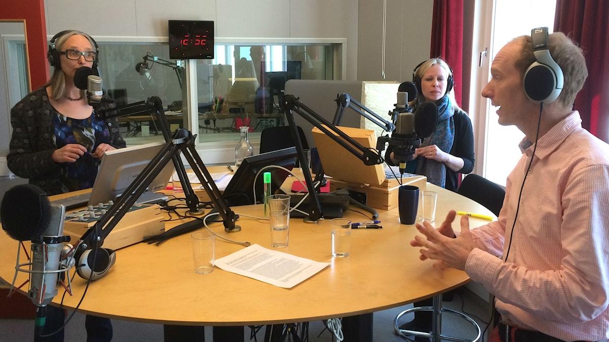 Annika Östman diskuterar genmodifierade embryon med Jessica Nihlén Fahlquist och Magnus Lundgren i Uppsalastudion. Foto: SR