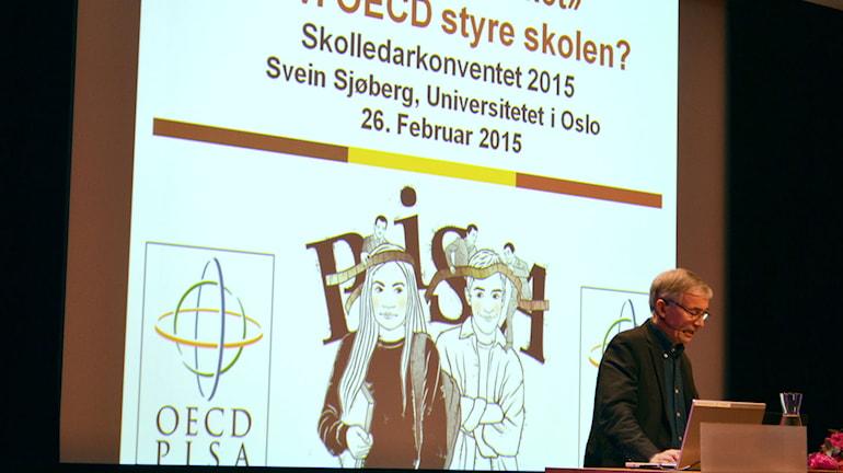 Svein Sjøberg under föreläsning om OECD och skolan