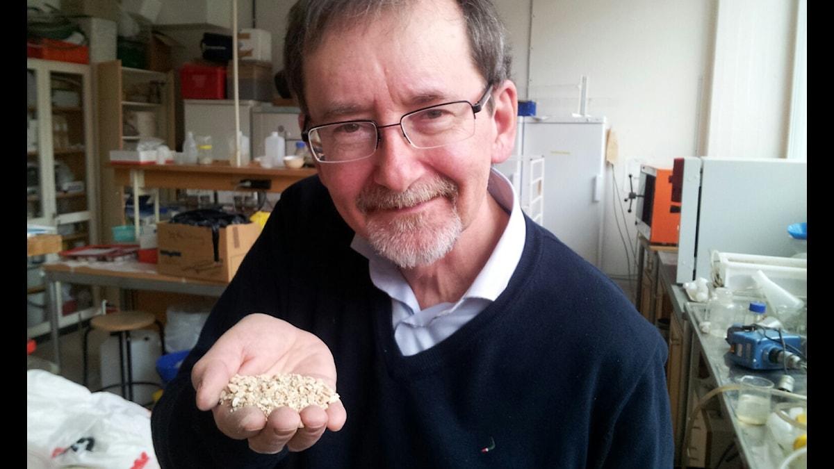 Gunno Renman med grusliknande material i handen