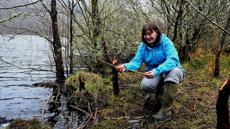 Olwen Hemmings håller upp en gran