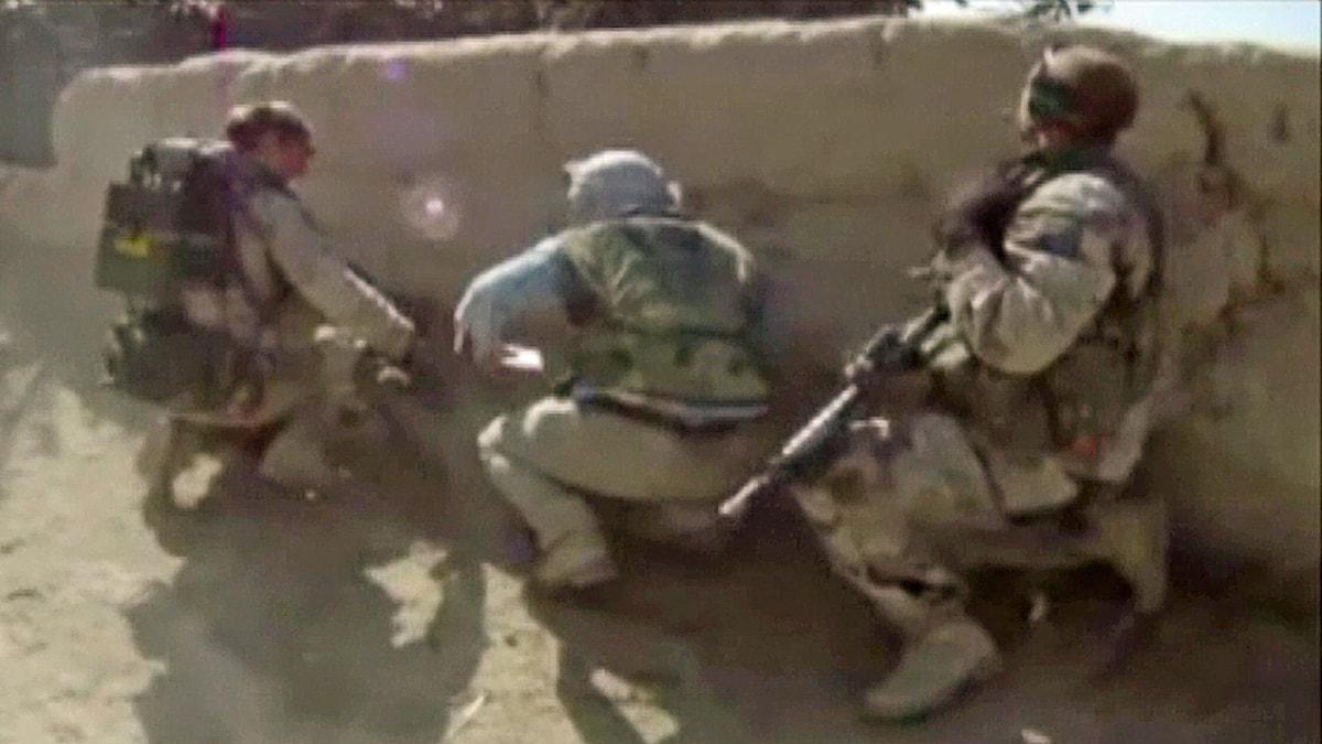 Svenska soldater beskjuts med granatgevär i Afghanistan. Foto: Combat Camera / Försvarsmakten