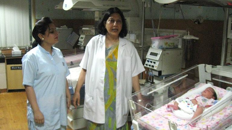 Neelam Kler bredvid nyfödd bebis
