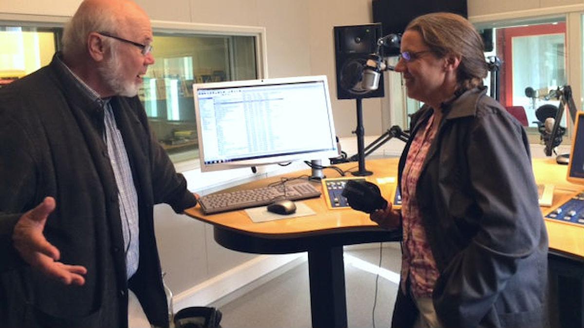 Bengt Gustafsson pratar svarta hål med Camilla Widebeck. Foto: Charlotte Delaryd/SR