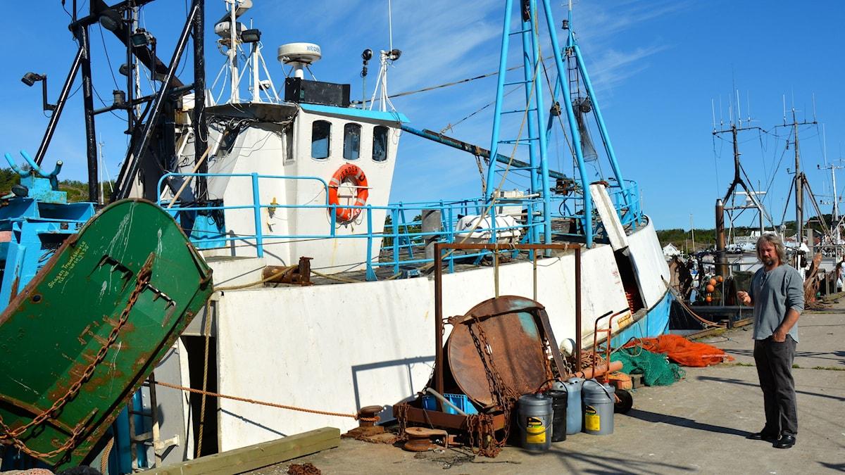 Räkfiskare Charles Olsson vid båten i Grebbestad