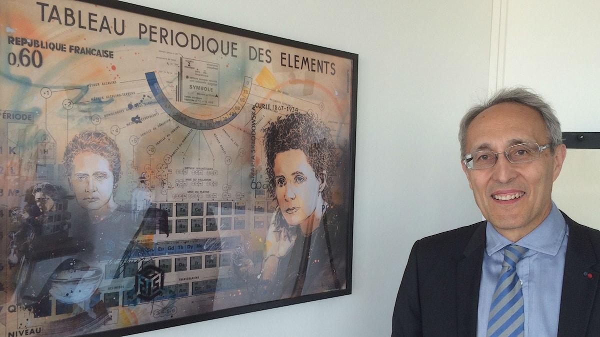 Bernard Bigot framför tavla