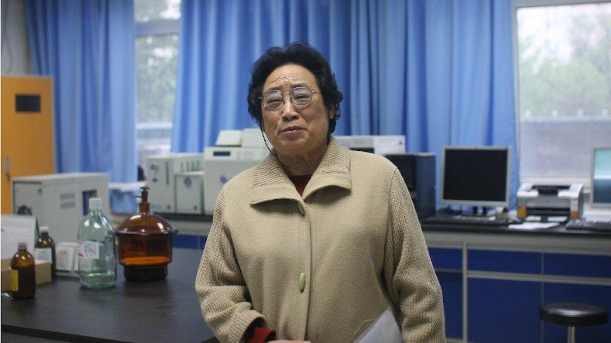 Tu Youyou i det numera topputrustade laboratoriet vid Akademin för traditionell kinesisk medicin i Peking. Foto: Hanna Sahlberg