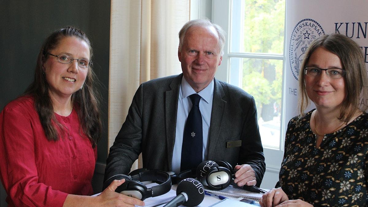 Programledarna Camilla Widebeck och Ulrika Björkstén reder ut årets Nobelpris i fysik med Lars Bergström, professor i teoretisk fysik