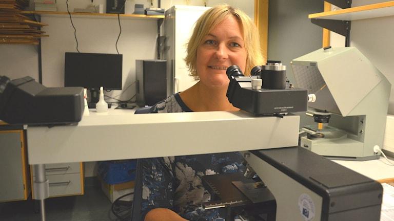Malin Parmar vid mikroskop