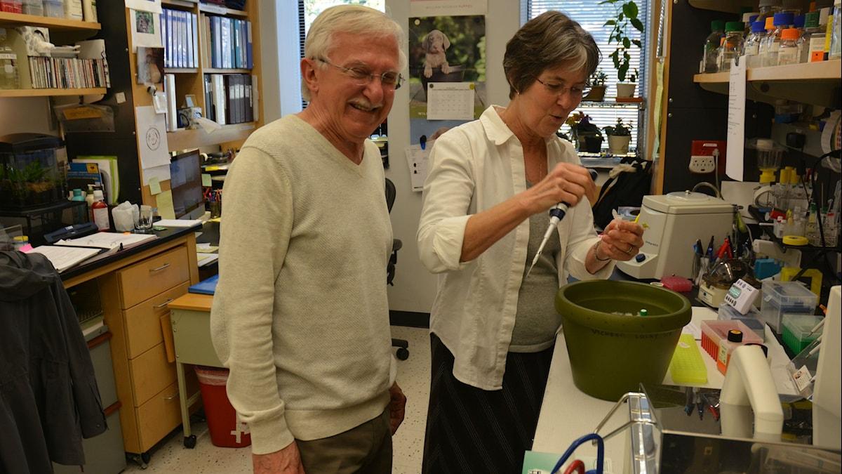 Paul Modrich med fru i labbmiljö