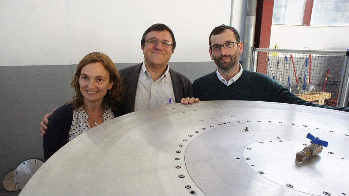 Jose Luis Martinez med flera runt ett metalliskt hjul