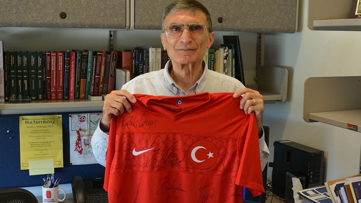 Aziz Sancar med turkiska fotbollslandslagets röda tröja