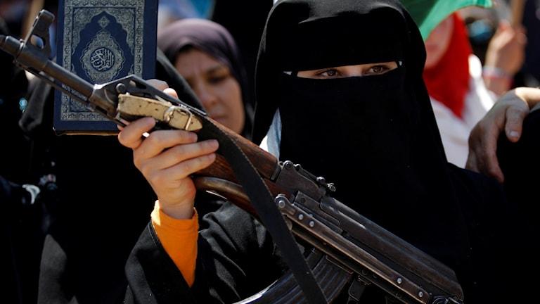 Frau mit Gewehr Foto: TT