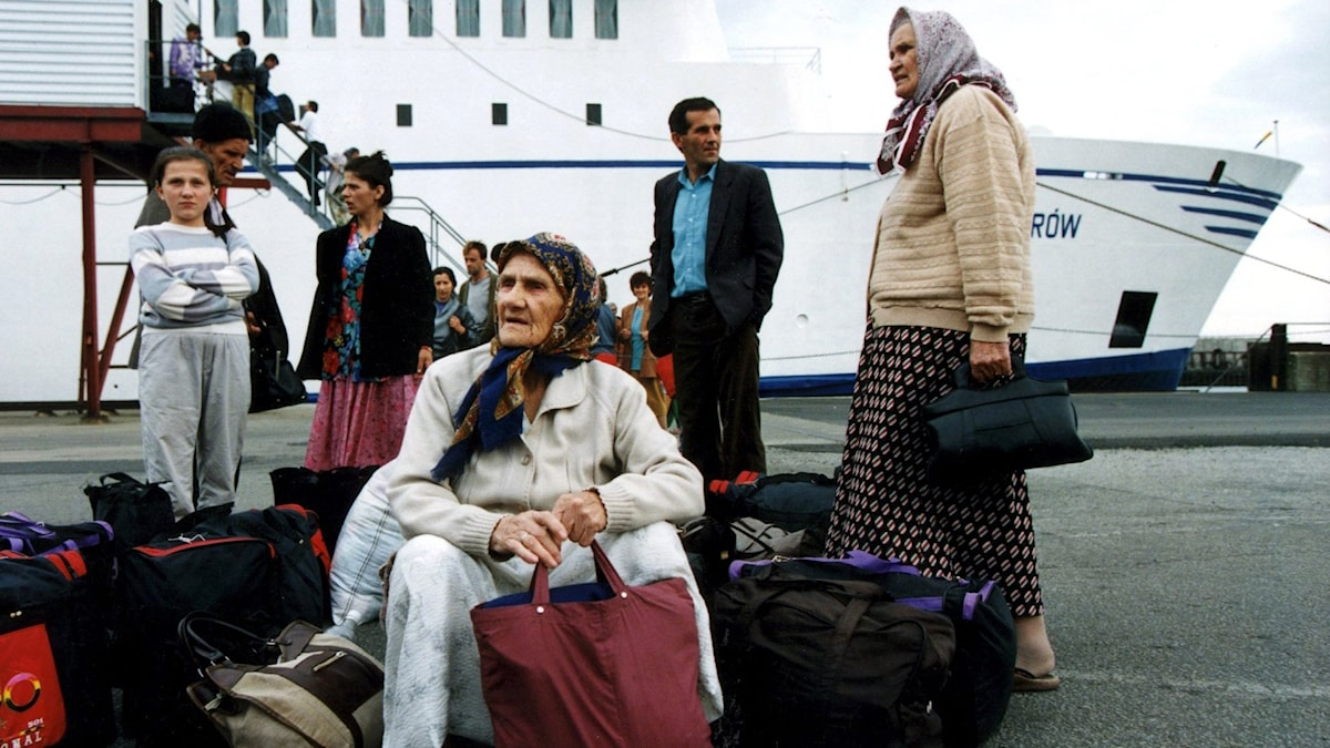 Människor väntar på en kaj. Foto: Björn Larsson Ask/TT