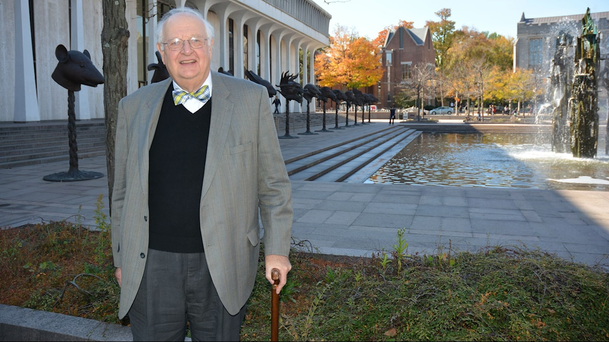 Angus Deaton utanför ekonomibyggnaden vid Princeton universitetet i USA. Foto: Niklas Zachrisson/Sveriges radio