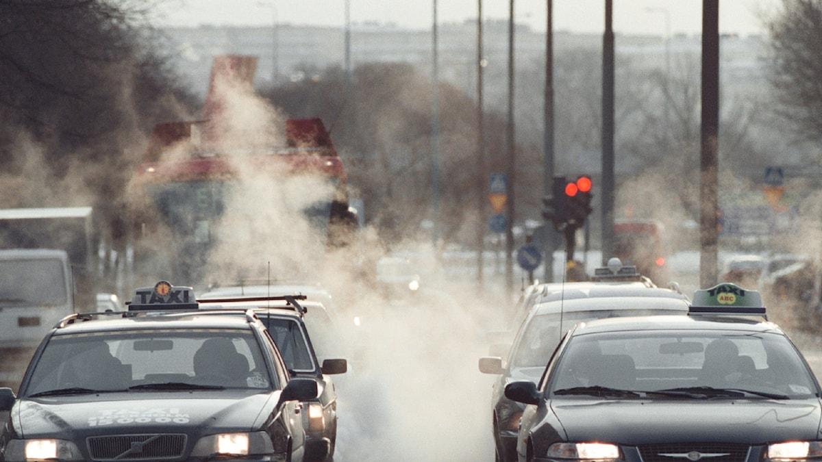 Vad kan göras för att minska koldioxidutsläppen från fordon på de svenska vägarna: Foto: TT