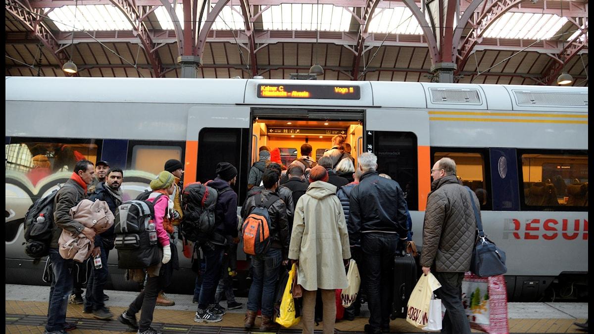 Flyktingar kliver ombord tåg från Köpenhamn till Sverige.