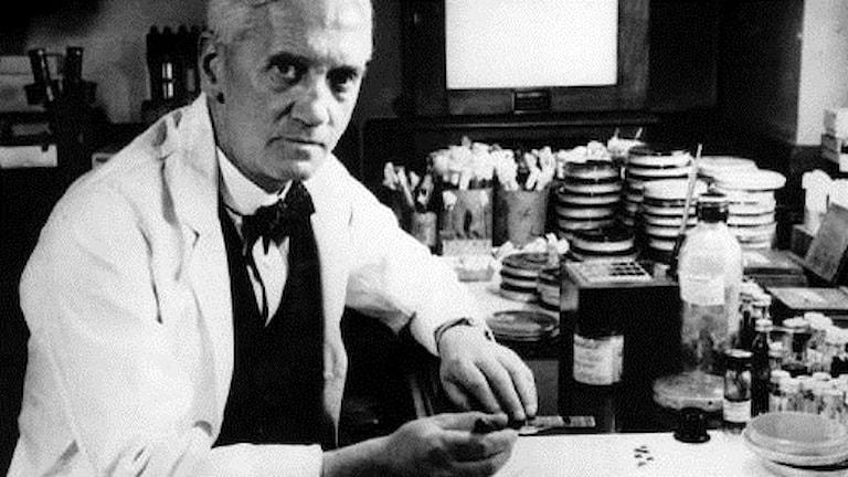Alexander Fleming i labbmiljö.