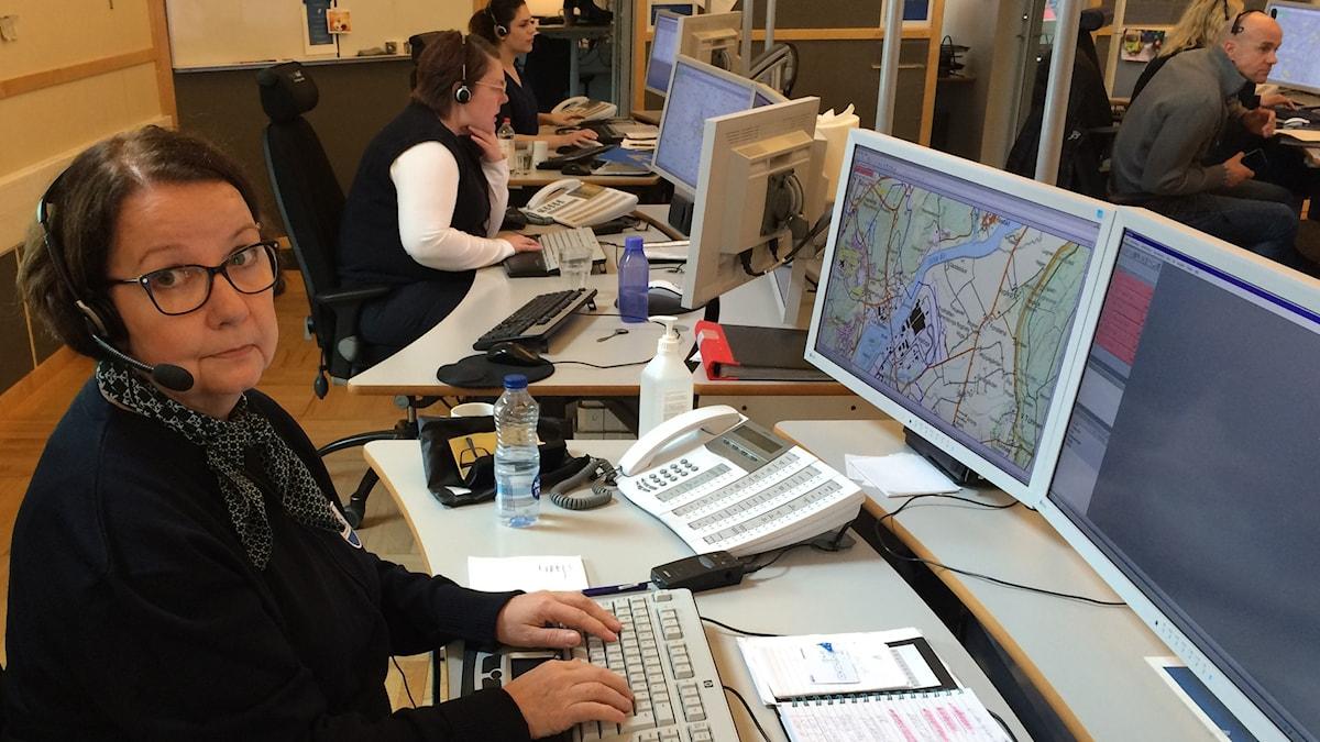 Sjuksköterska Rose-Marie Lindqvist framför dator